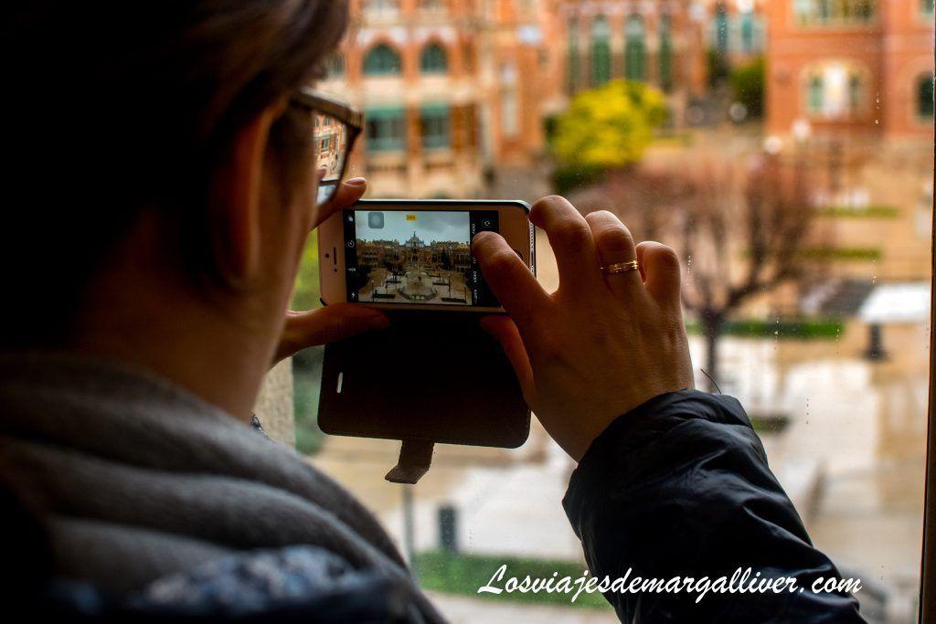 Margalliver haciendo una foto al patio al visitar el Hospital de Sant Pau en Barcelona - Los viajes de Margalliver