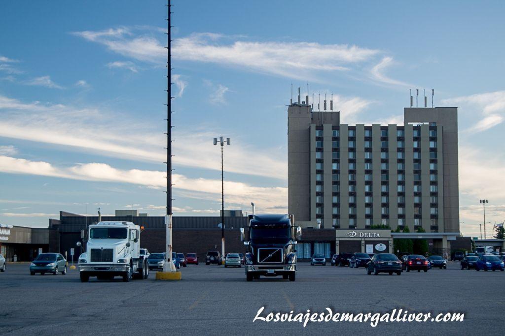 Vista completa del hotel Delta Saguenay con camiones ,hoteles en la costa este de Canadá - Los viajes de Margalliver