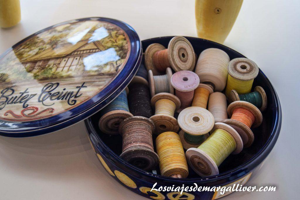 Caja de costura hecha en cerámica en la Rambla, 5 pueblos que ver en Córdoba - Los viajes de Margalliver