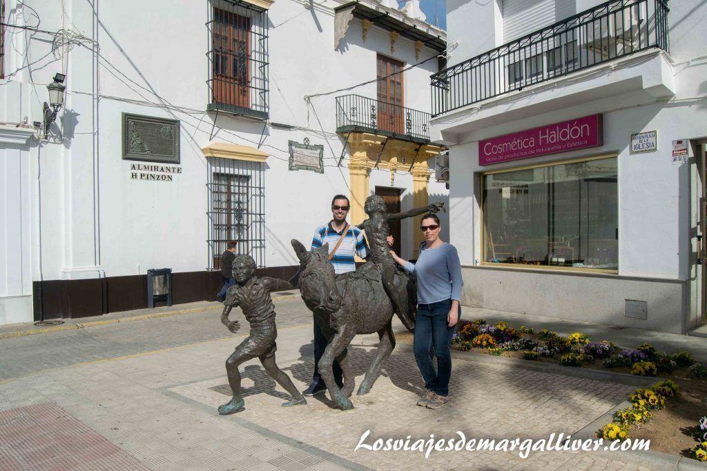 Qué ver en Moguer, con la escultura de Platero en Moguer - Los viajes de Margalliver