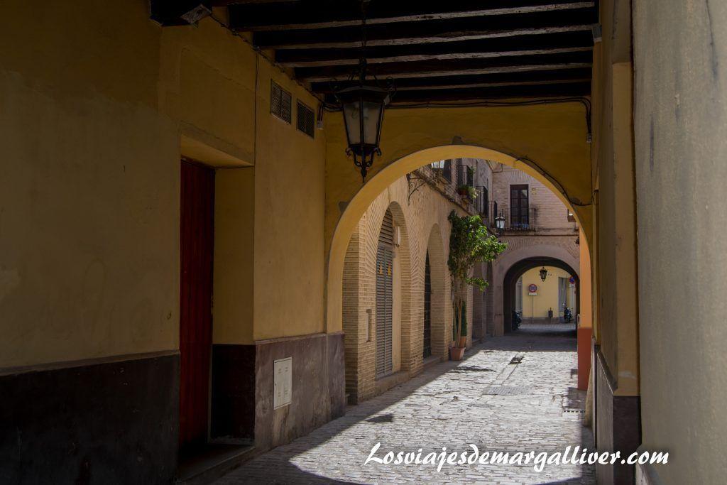 Una de las calles que completan la casa de la moneda en la Sevilla americana - Los viajes de Margalliver