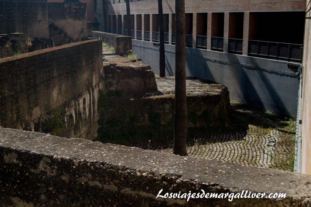 Restos de muralla detrás del edificio Helvetia en la Sevilla americana - Los viajes de Margalliver