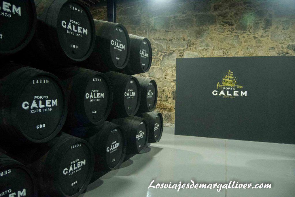 Interior de las bodegas Calem en Oporto - Los viajes de Margalliver