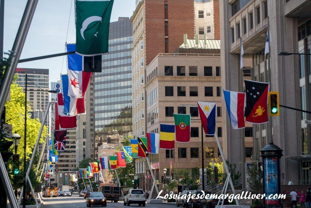 La calle Sherbrooke engalanada con las banderas de todos los paises en Montreal en la ruta por la costa este de Canadá - Los viajes de Margalliver