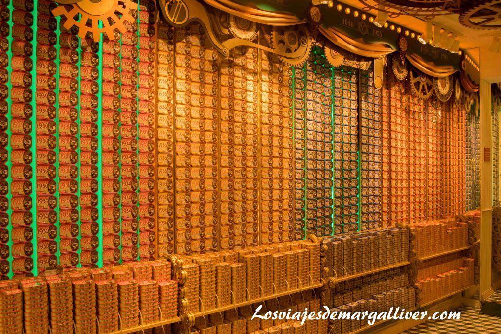 Multitud de latas de sardinas de todos los años en Casa Oriental , Visitar Oporto - Los viajes de Margalliver