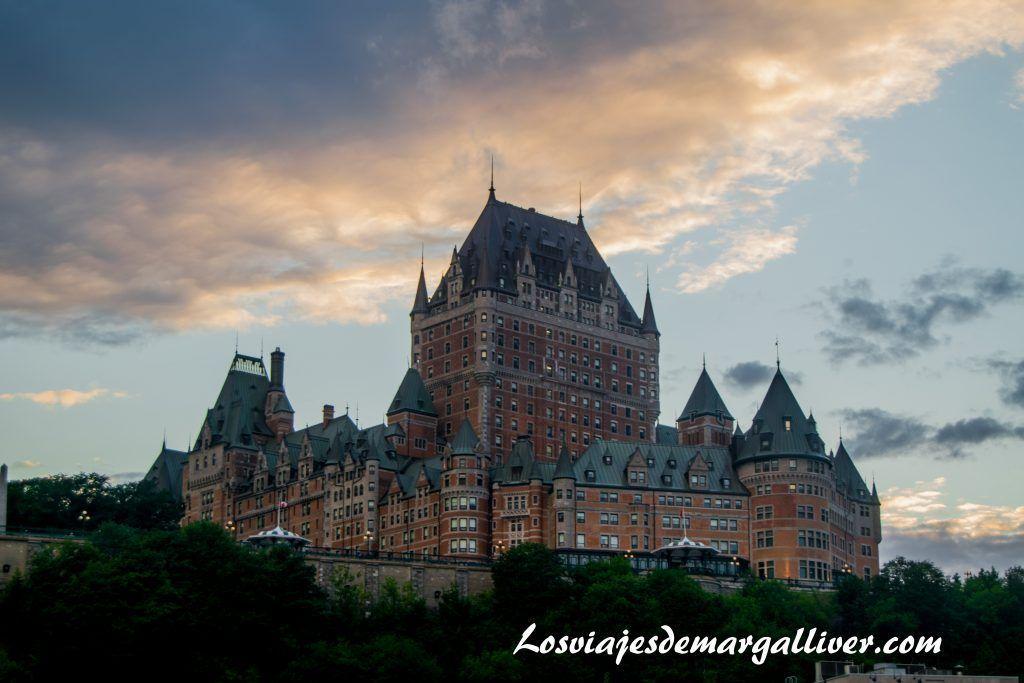 vistas del Château Frontenac en Quebec ,desde el ferry que te lleva hasta Levis en la ruta por la costa este de Canadá - Los viajes de Margalliver