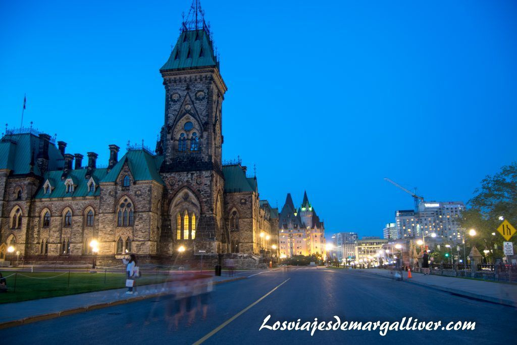 Colina del parlamento de Ottawa de noche en la ruta por la costa este de Canadá- Los viajes de Margalliver