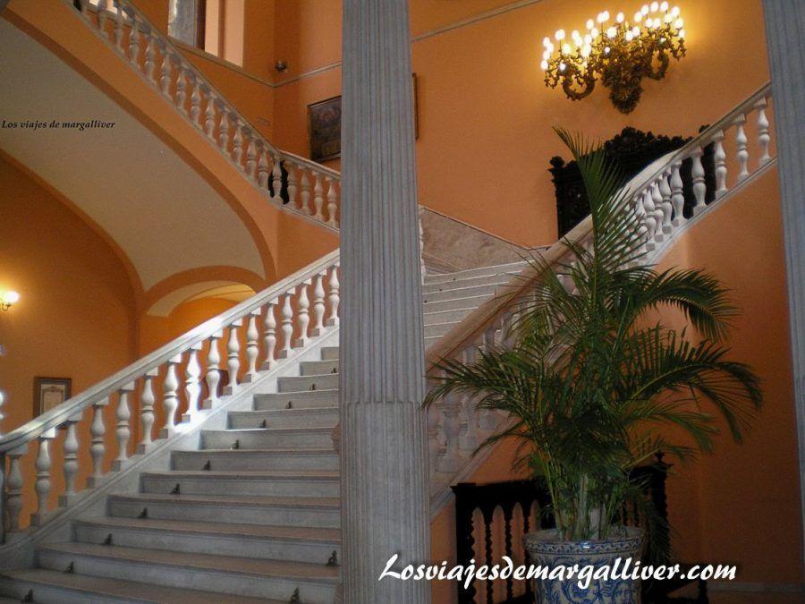 Escalera del Ayuntamiento de Sevilla - Los viajes de Margalliver