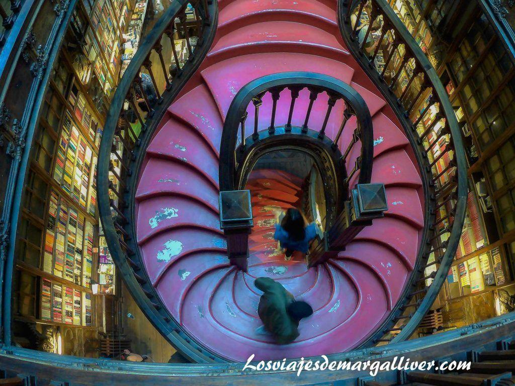 Escalera de la libreria Lello e Irmao en Oporto - Los viajes de Margalliver
