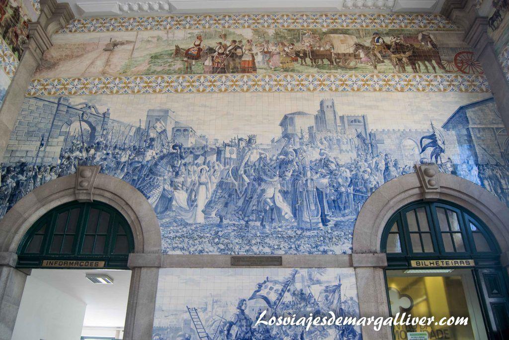 Preciosos azulejos situados en la entrada de la estación de tren de Sao Bento, visitar Oporto - Los viajes de Margalliver