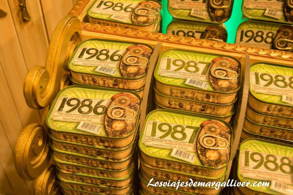 latas de sardinas de nuestros años de nacimientos en Casa Oriental de Oporto - Los viajes de Margalliver
