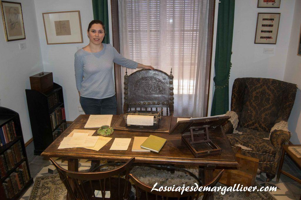 Margalliver en el despacho de la casa museo de Juan Ramon Jímenez, Que ver en Moguer - Los viajes de Margalliver