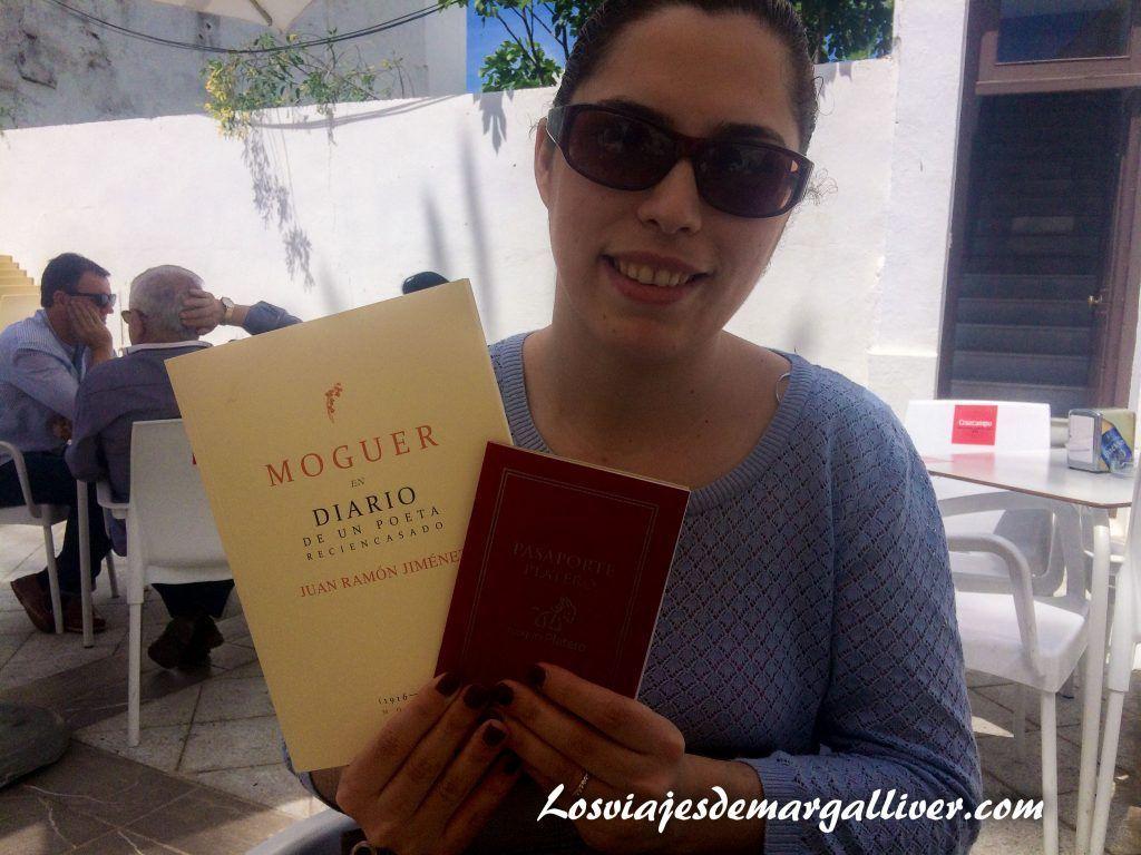 Qué ver en Moguer, Margalliver con su pasaporte platero y su regalito en Moguer - Los viajes de Margalliver