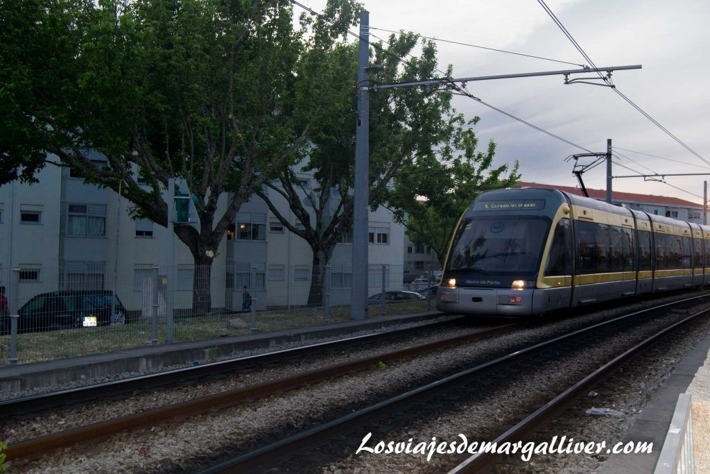 Metro de Oporto pasando por la estación de Francos, que ver en oporto en dos dias - Los viajes de Margalliver