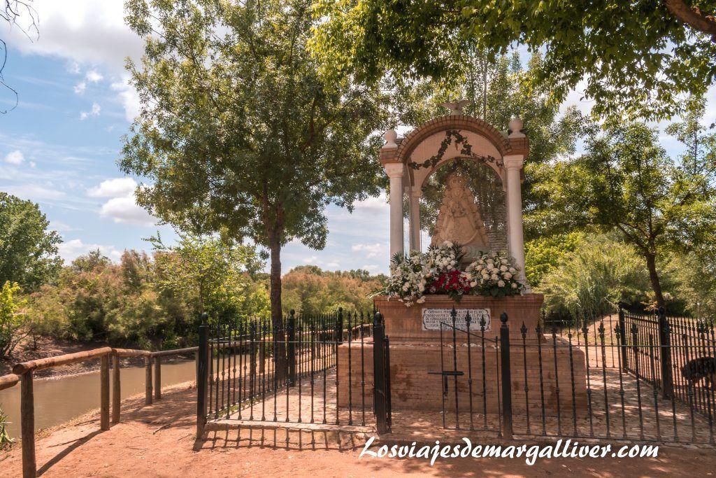 Escultura de la virgen del Rocío en el vado del quema, El rocío en Sevilla - Los viajes de Margalliver