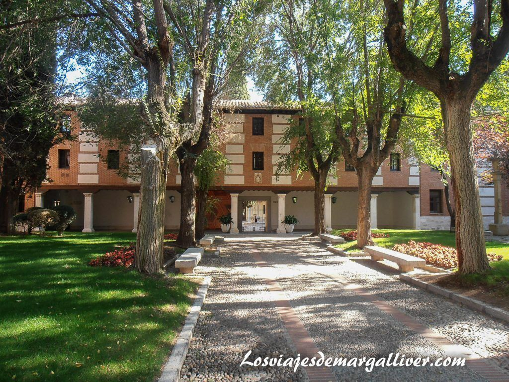 Patio exterior de la universidad, Alcalá de Henares en un día - Los viajes de Margalliver