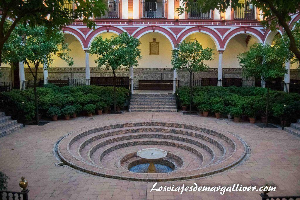Plaza central del hospital de los venerables sacerdotes en Sevilla - Los viajes de Margalliver