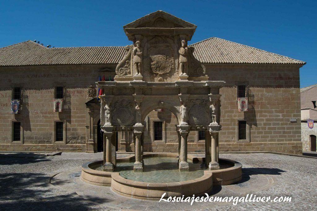 Fuente de Santa María y la universidad de Baeza - Los viajes de Margalliver