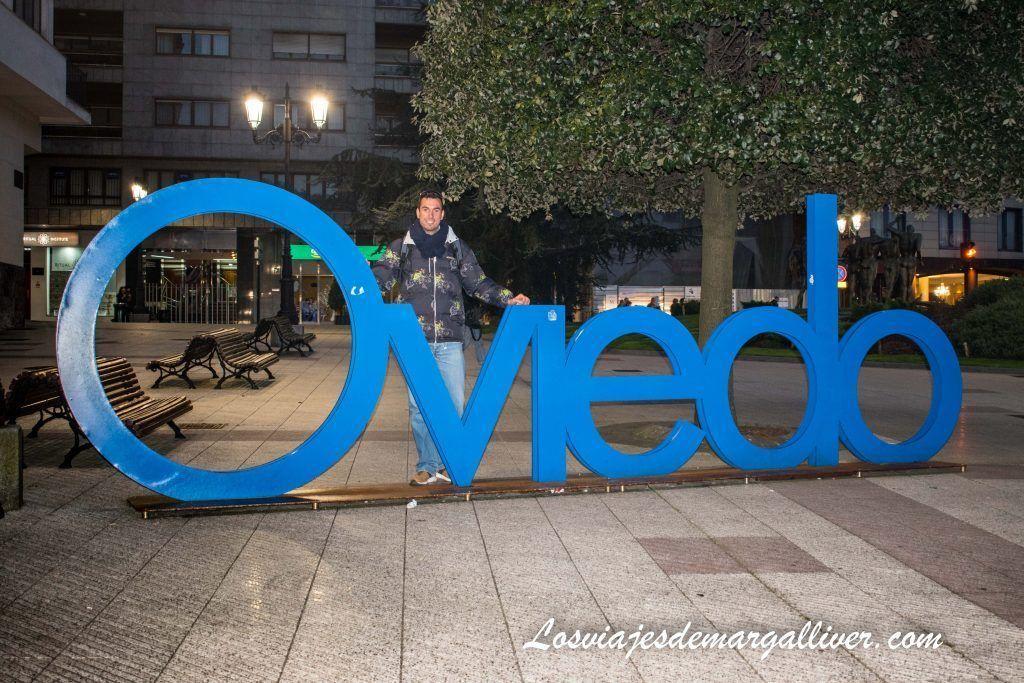 Cartel de Oviedo al anochecer, que ver en Oviedo en dos días - Los viajes de Margalliver
