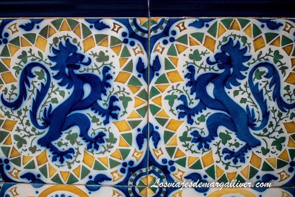 Detalle azulejos en el interior de la torre Bellesguard, dragones y san jorge Gaudí - Los viajes de Margalliver