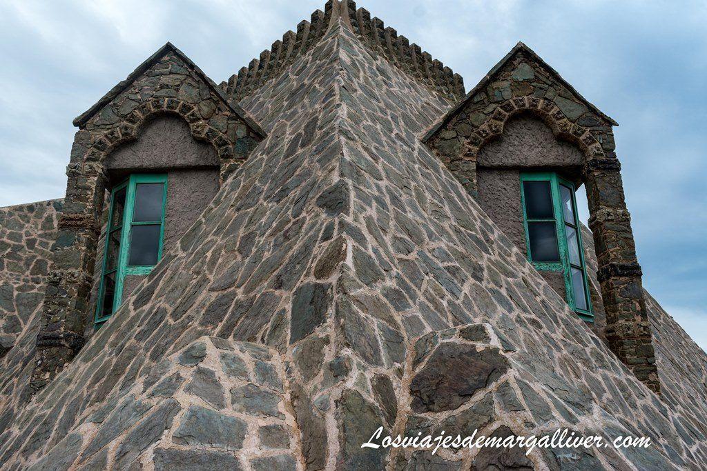 Dragón hecho de ventanas azotea en la torre bellesguard de Gaudí - Los viajes de Margalliver