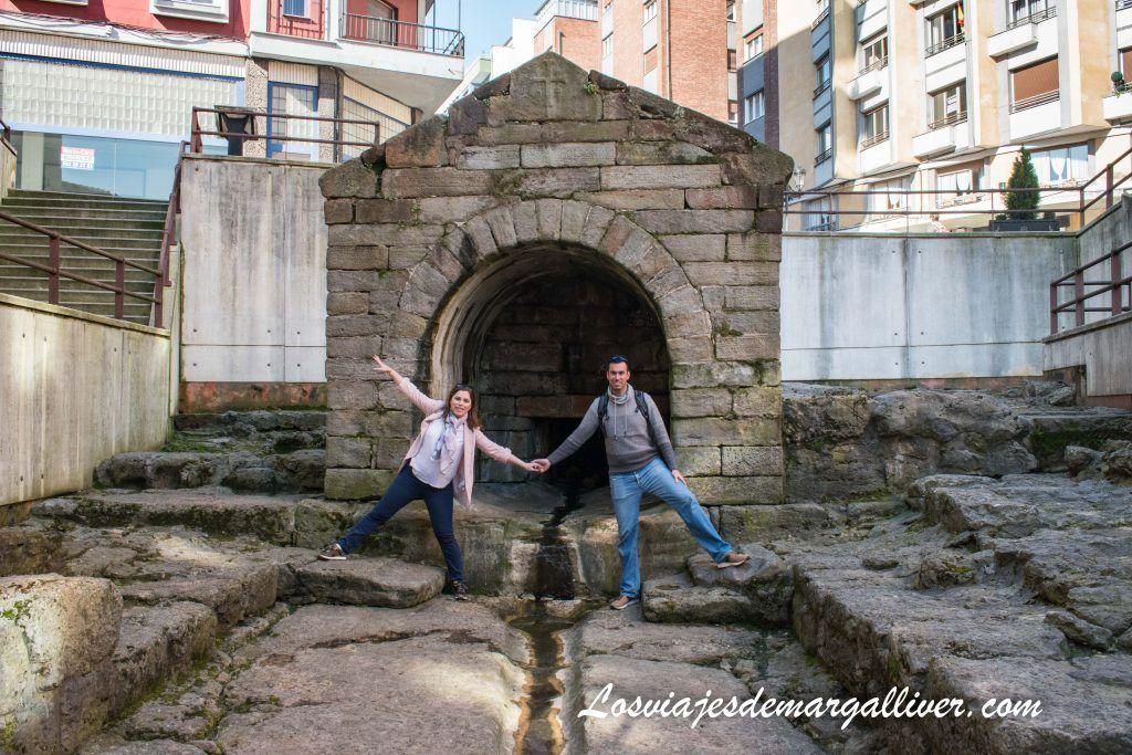 Equipo Margalliver en la fuente de Foncalada de Oviedo - que ver en oviedo en dos días - Los viajes de Margalliver