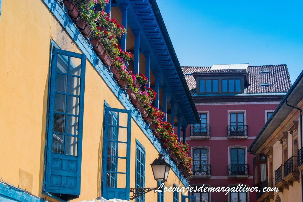 La plaza del Fontan y las ventanas azules, que ver en Oviedo en dos días - Los viajes de Margalliver