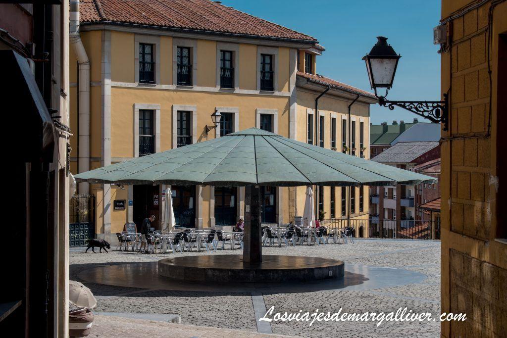 La plaza del paraguas en Oviedo, que ver en Oviedo en dos días - Los viajes de Margalliver