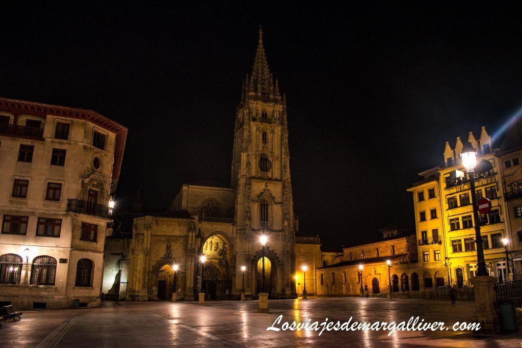 Catedral de Oviedo por la noche, que ver en Oviedo en dos días - Los viajes de Margalliver