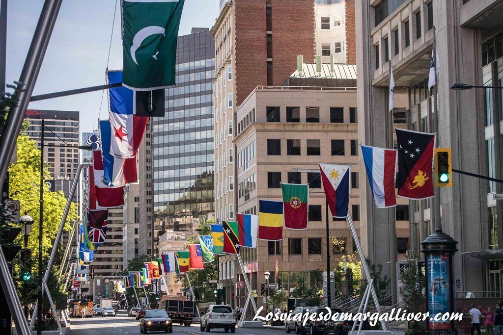 Rue Sherbrooke con las banderas de los paises , 10 cosas que hacer en Montreal - Los viajes de Margalliver