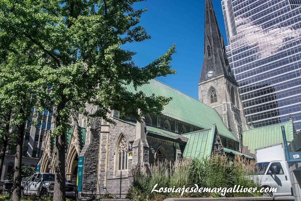 Contraste entre la iglesia anglicana y justo detrás un rascacielos,10 cosas que hacer en Montreal - Los viajes de Margalliver