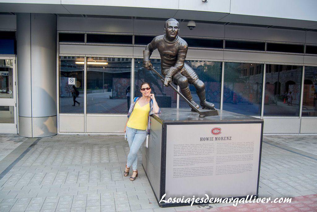 Margalliver con un jugador de los Canadiens de Montreal en los alrededores del Centro Bell - Los viajes de Margalliver
