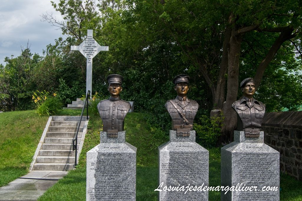 Estatuas en el interior de la ciudadela de Quebec en un día - Los viajes de Margalliver