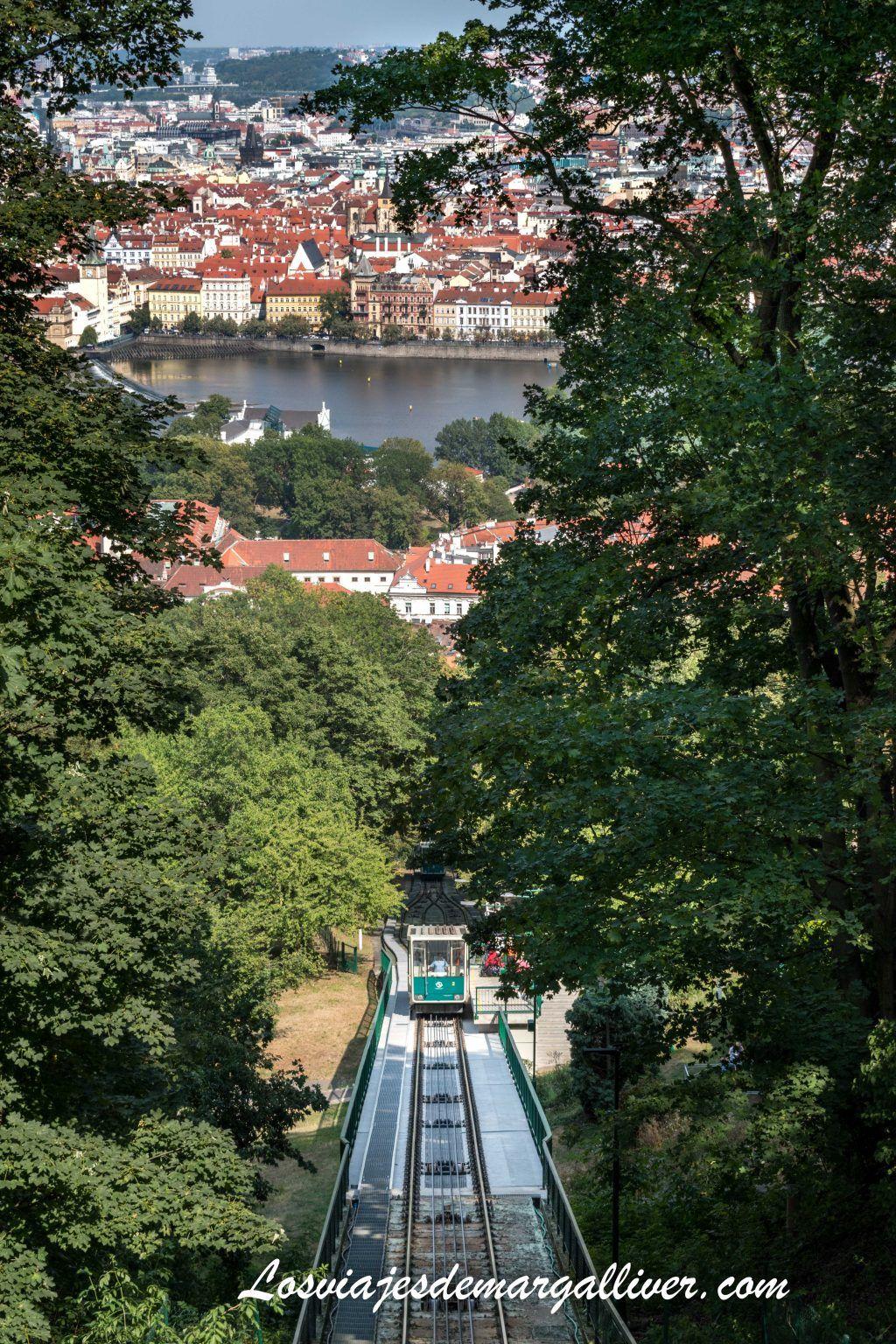 Funicular que sube a la torre Petrín en Praga, incluido en la Prague Card - Los viajes de Margalliver