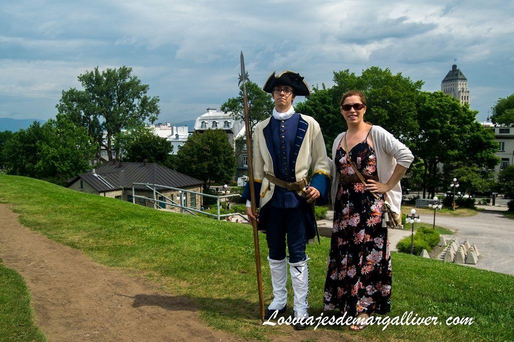 Margalliver con un soldado Francés , ruta de Quebec en un día - Los viajes de Margalliver