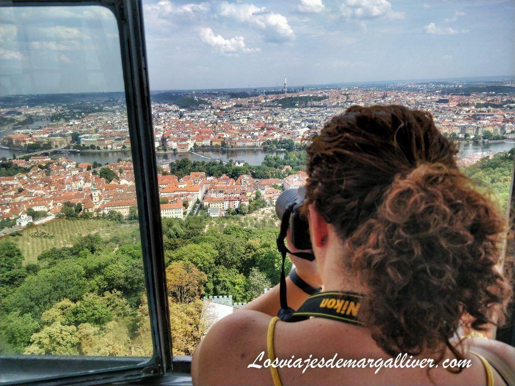 Margalliver fotografiando Praga desde la Torre Petrín, incluida en la Prague Card - Los viajes de Margalliver