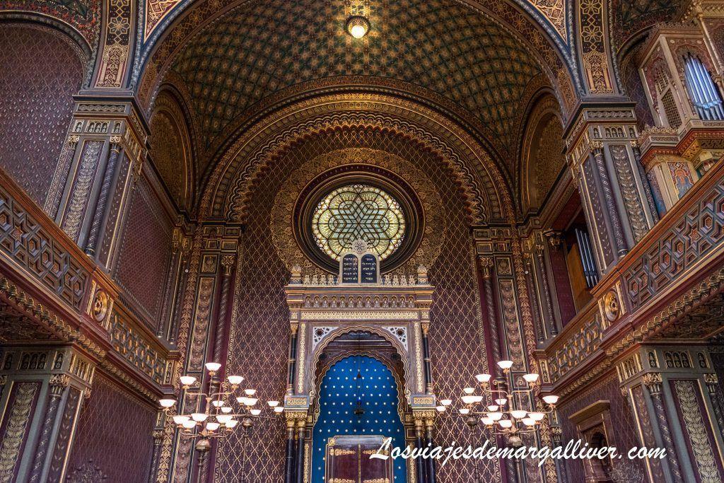 Interior de la Sinagoga española /Španělská synagoga en la ruta de las sinagogas de Praga - Los viajes de Margalliver