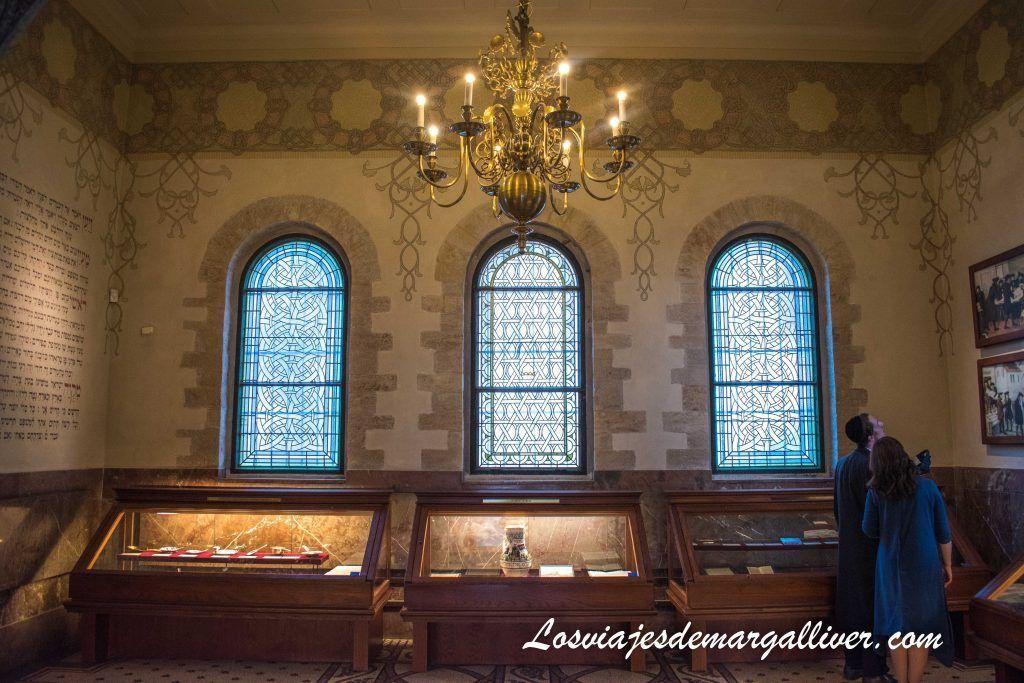 Interior Sala Ceremonia, sinaogag Klaus en la ruta de las sinagogas de Praga - Los viajes de Margalliver