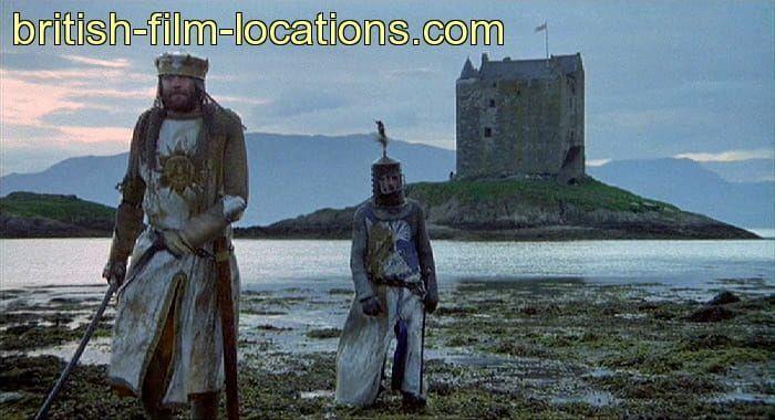 Escena de Los Caballeros de la Mesa Cuadrada de los Monty Python con el castillo Stalker - Los viajes de Margalliver