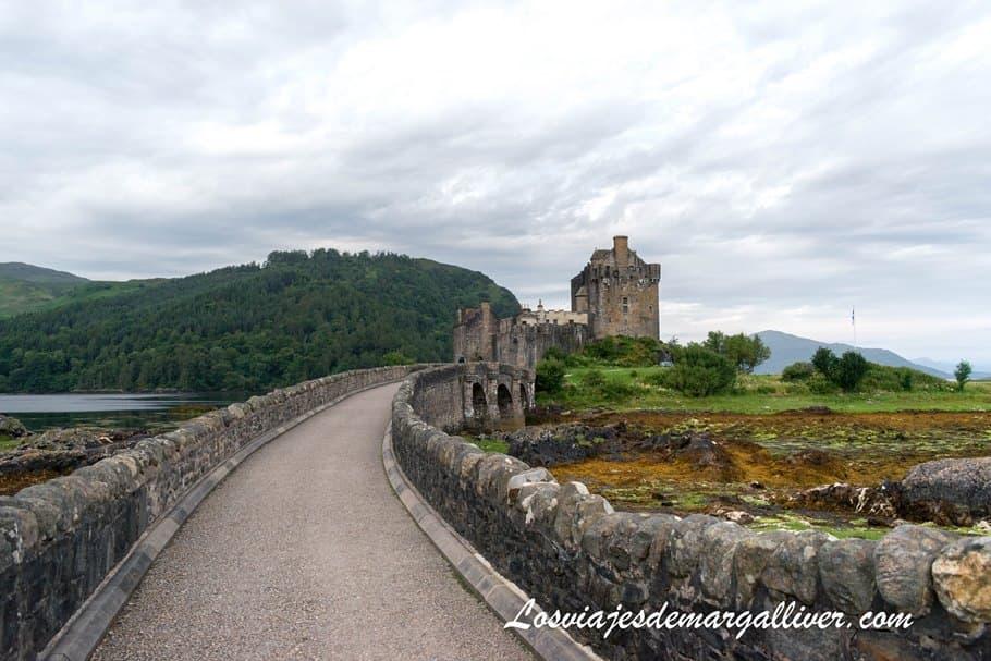 Comienzo del puente del castillo de Eilean Donan en Escocia - Los viajes de Margalliver