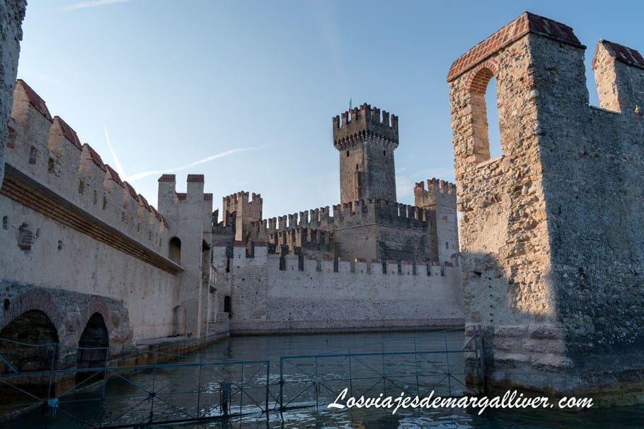 Puerto del Castillo Rocca Scaligera de Sirmione , uno de los castillos más bonitos e impresionantes de Europa - Los viajes de Margalliver