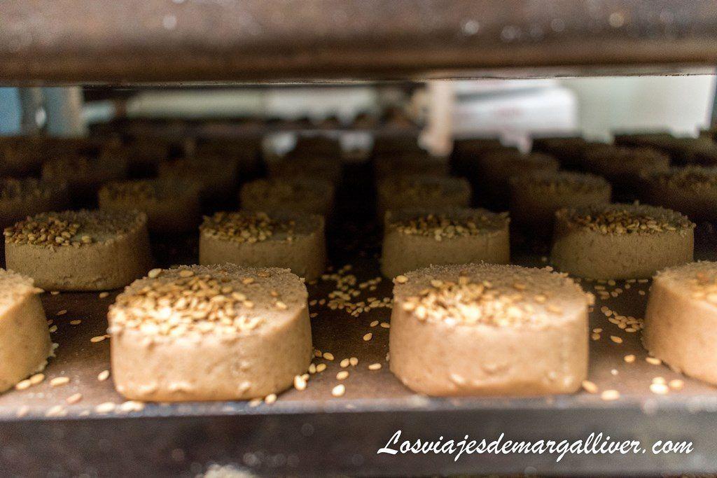 Detalle de bandeja de mantecados antes de meterlos en el horno en la fábrica de mantecados La Colchona en Estepa - Los viajes de Margalliver