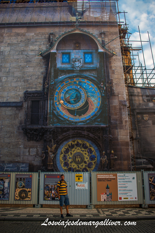 Kike con el reloj astronómico de Praga de reformas - Los viajes de margalliver