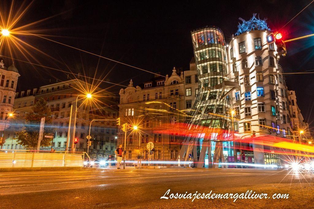 Foto de larga exposición de la Casa Danzante de Praga - Los viajes de Margalliver