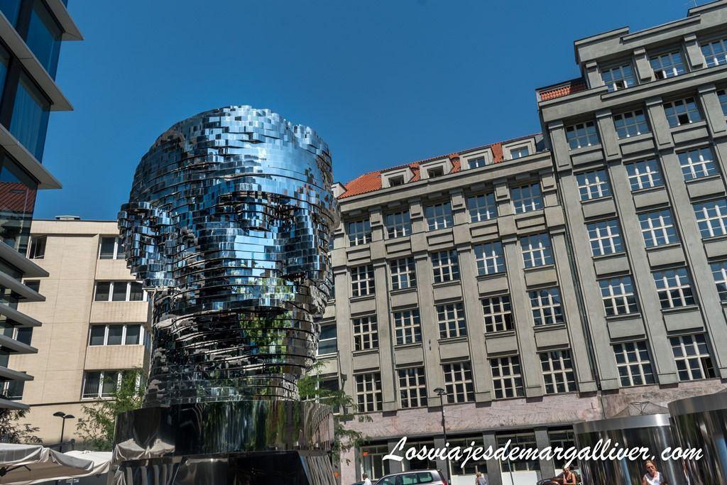 Escultura de la cabeza de Kafka en Praga - Los viajes de Margalliver