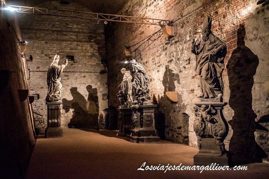 Gorlice Hall y algunas esculturas originales del puente de Carlos en Praga - Los viajes de Margalliver