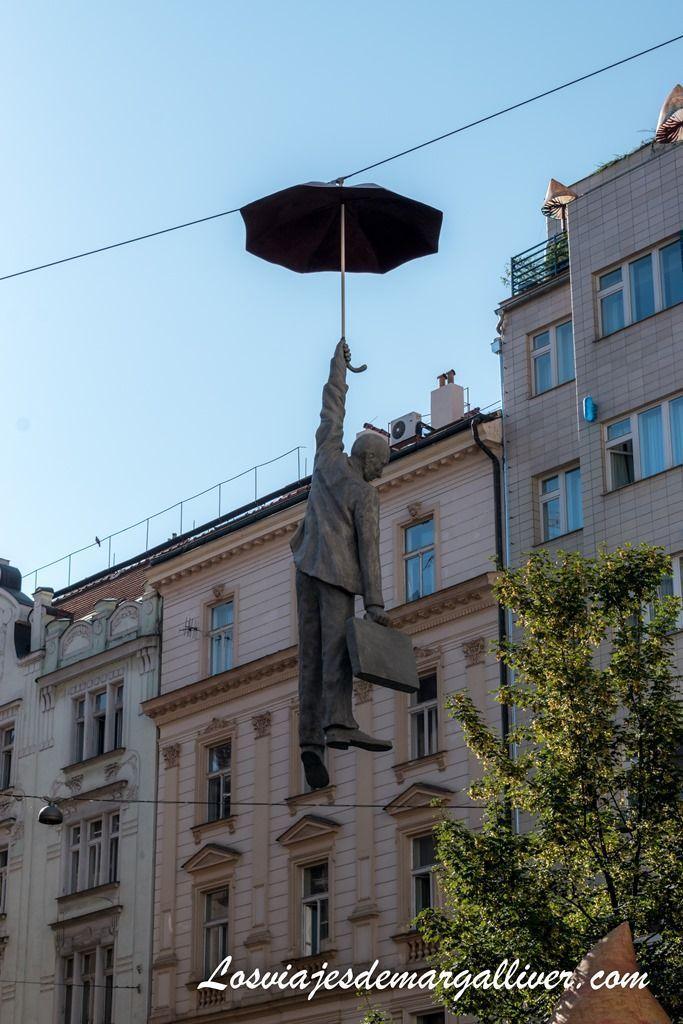 escultura de hombre colgado en un paraguas, que ver en Praga - Los viajes de Margalliver
