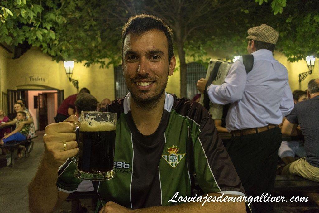 Kike degustando la riquísima cerveza de U Fleku, la cervecería más antigua de Praga. - Los viajes de Margalliver