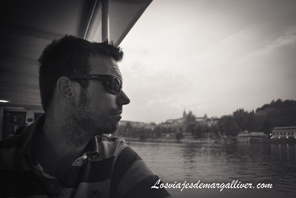 Kike en el crucero por el rio Moldava en Praga - Los viajes de Margalliver