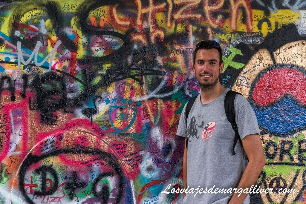 Kike en el Muro de John Lennon de Praga - Los viajes de Margalliver